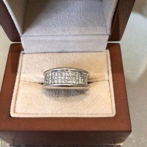 Jewelry - Diamond ring set in white gold